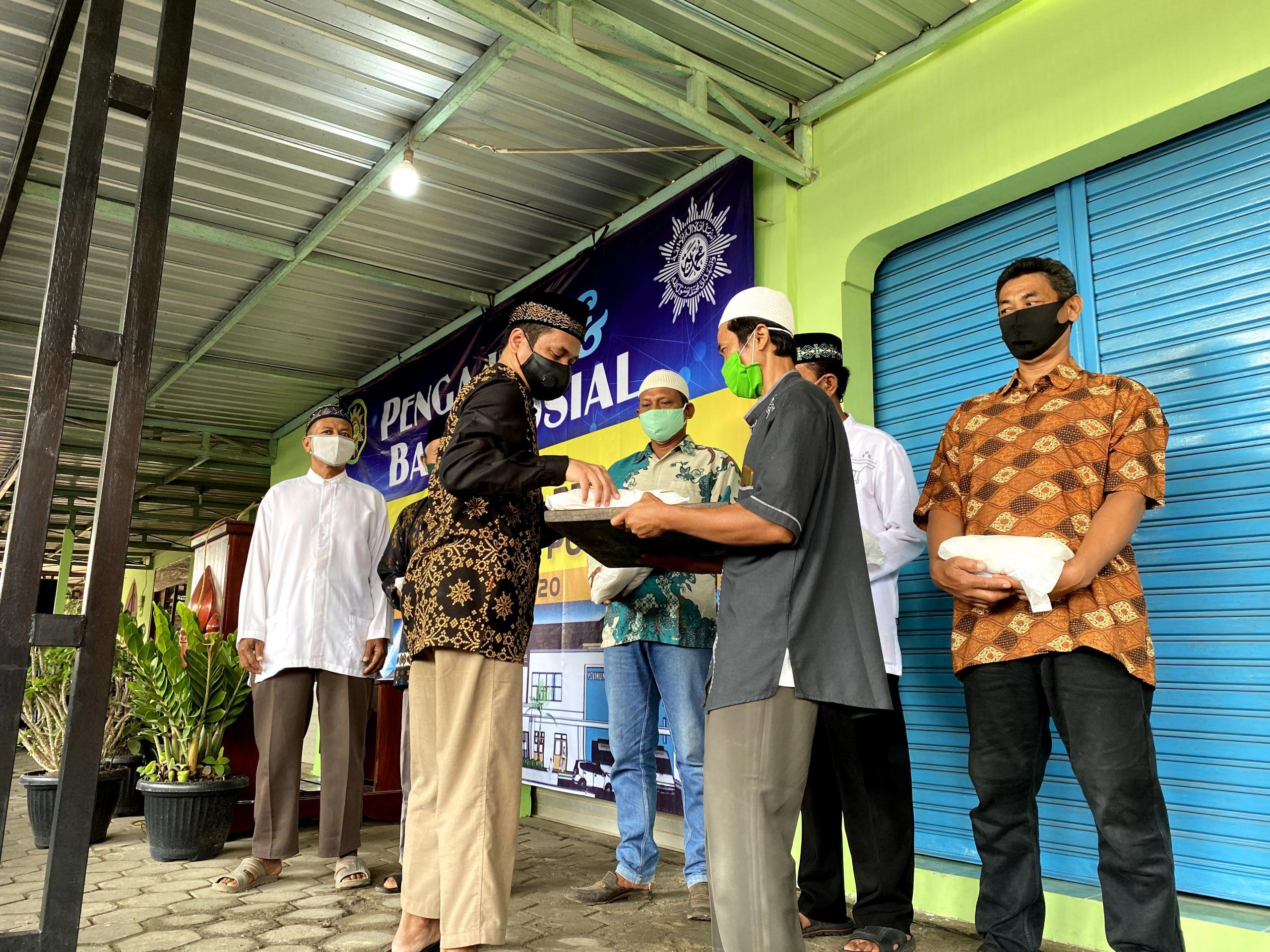 Ustadz Abduh Tuasikal Memberikan Bingkisan Sembako Ke Warga Muhammadiyah Ponjong