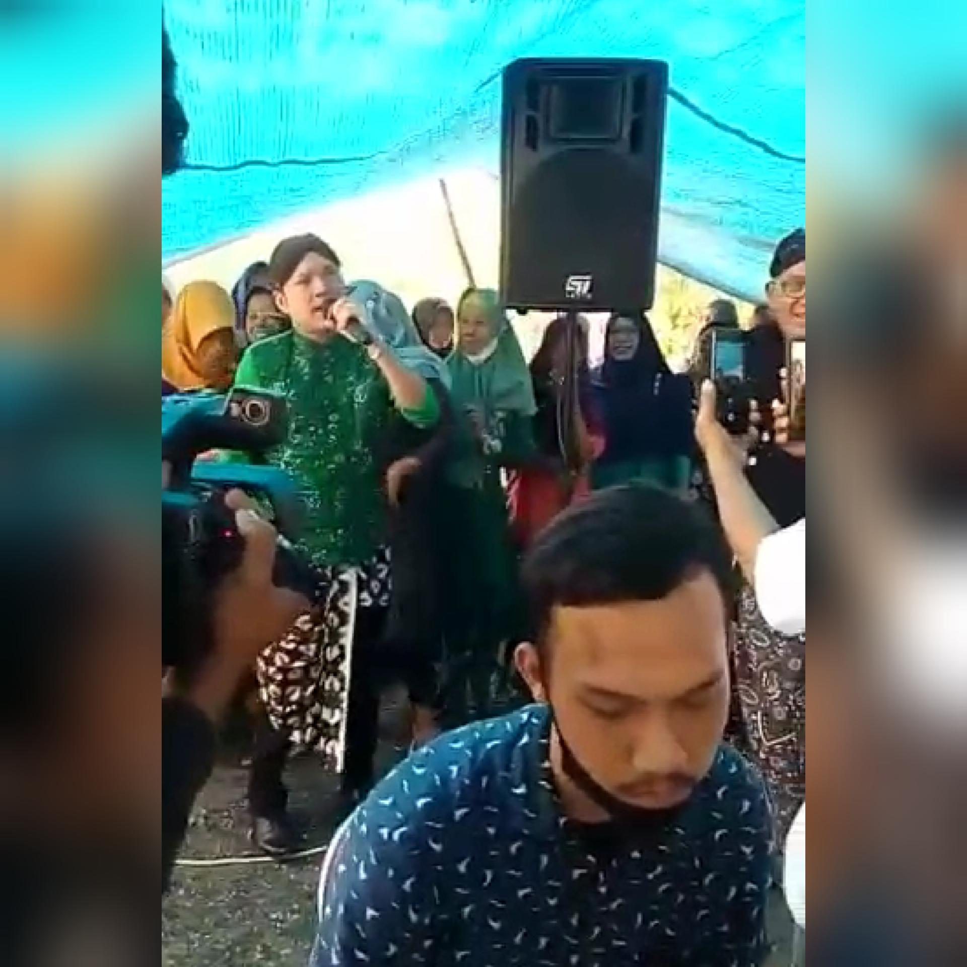 Dimas Tedjo Saat Nyanyi